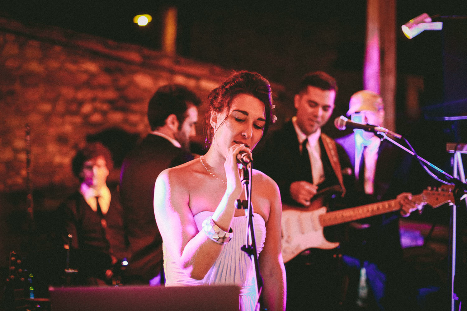 lady singing at party Fattoria la loggia Tuscany wedding
