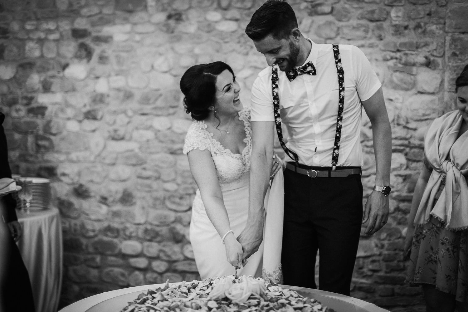 Bride and groom cutting cack Castello di bibbione wedding photography Tuscany